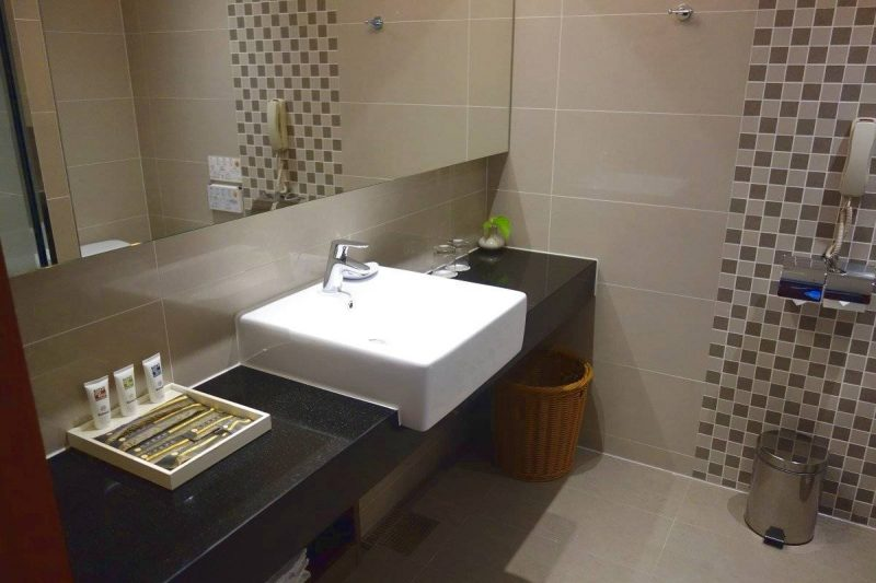 Bathroom in one of the standard rooms of Taichung Harbor Hotel.