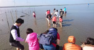 Kids having fun in Gaomei Wetlands, Taichung.
